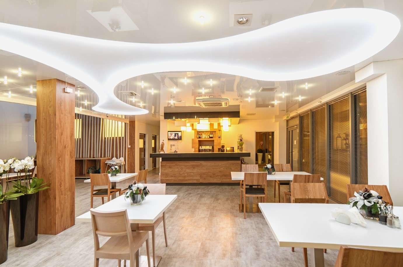 Cafe / Restaurants / Clubs